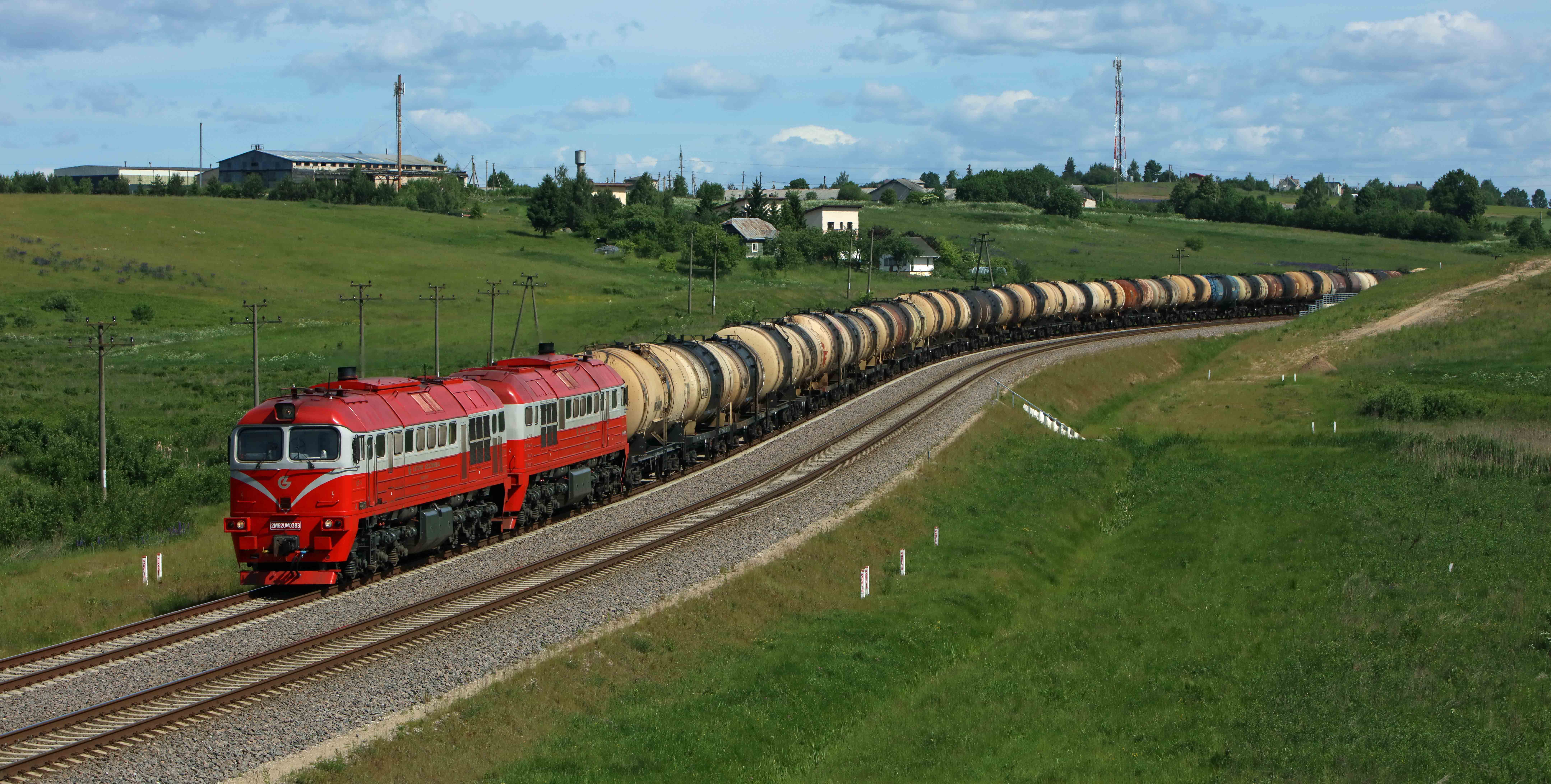 LG 2M62M-0383 negotiates the S-curve at Pakalniskes (Lithuania) with an oil train from Belarusia via Kena to Vaidotai on 5 June 2016.